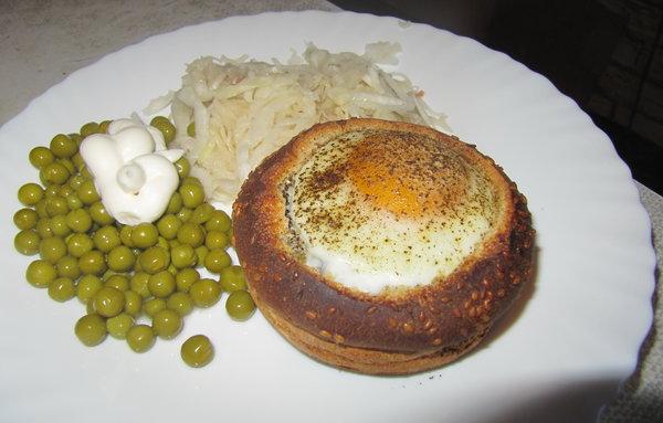 Яйцо кокот в булочке